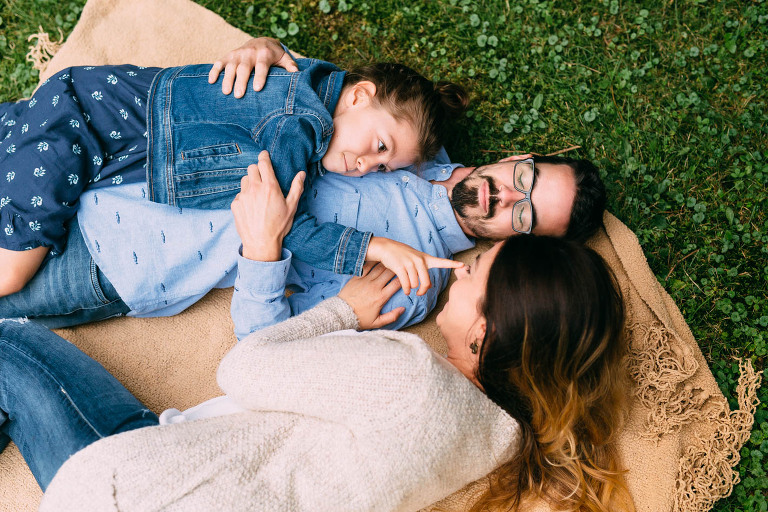 famille couchee sur une couverture