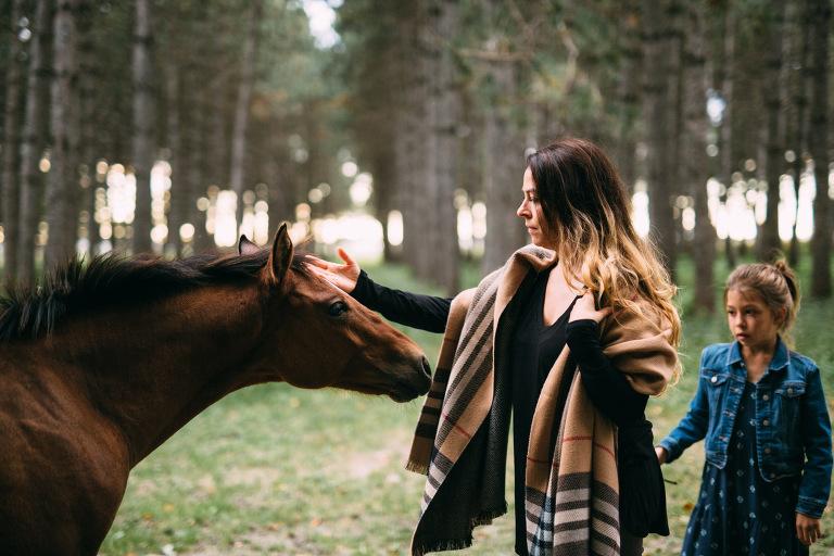 femme caressant un cheval