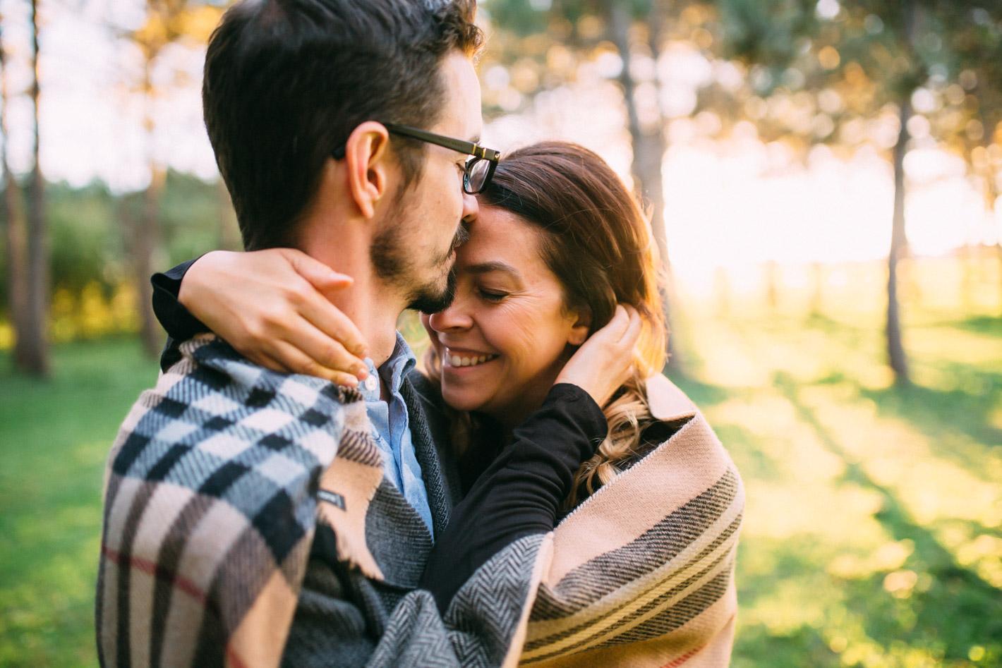 couple amoureux se font un calin
