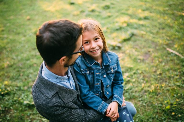 moment tendre entre un pere et sa fille