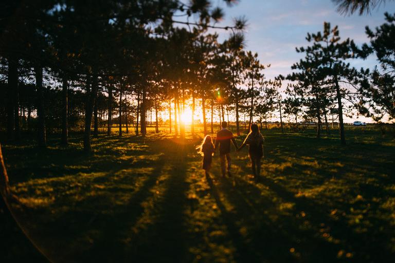 famille marchant au coucher du soleil